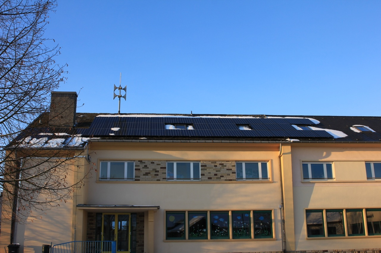 D'Anlagen EquiSolar2012 sinn um Netz.
